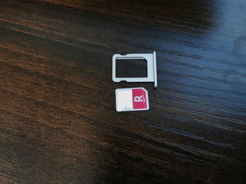 楽天モバイルのSIMカードとiPadのSIMスロット