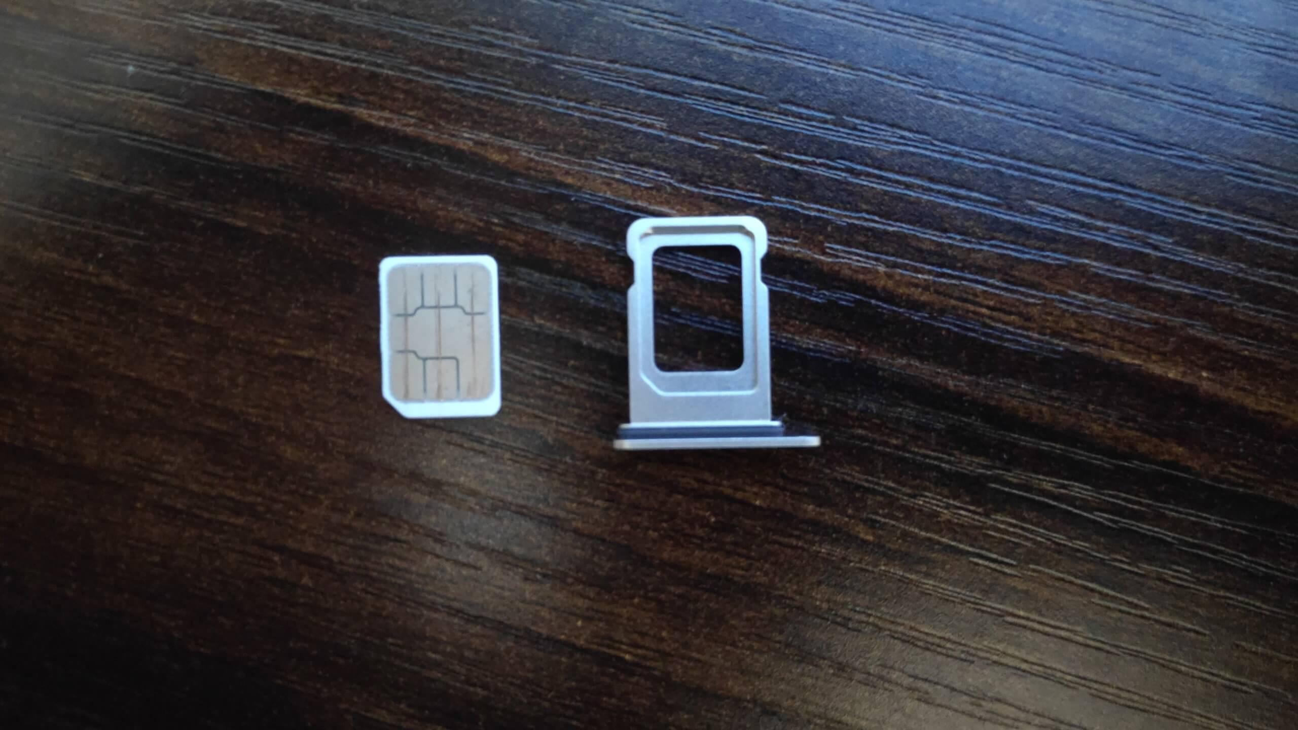 iPhone 12のSIMスロットとSIMカード