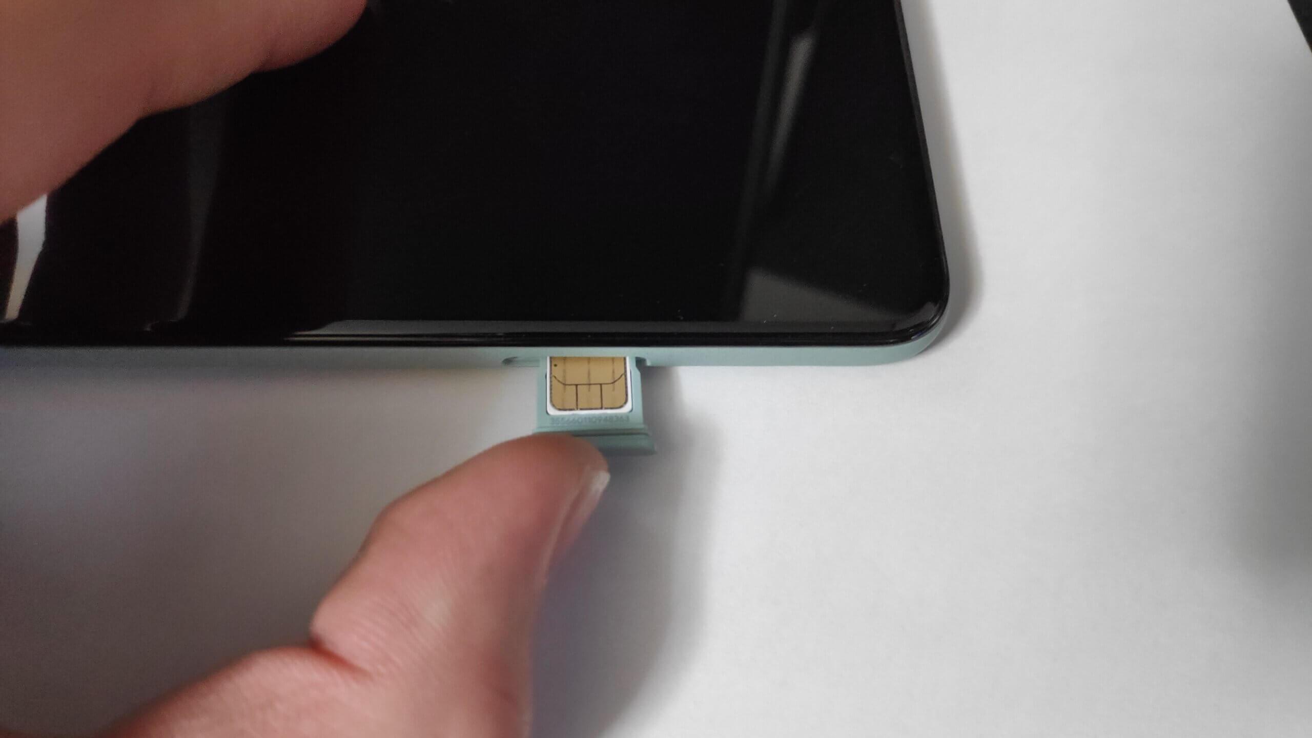 Google Pixel 5にSIMカードを差し込み